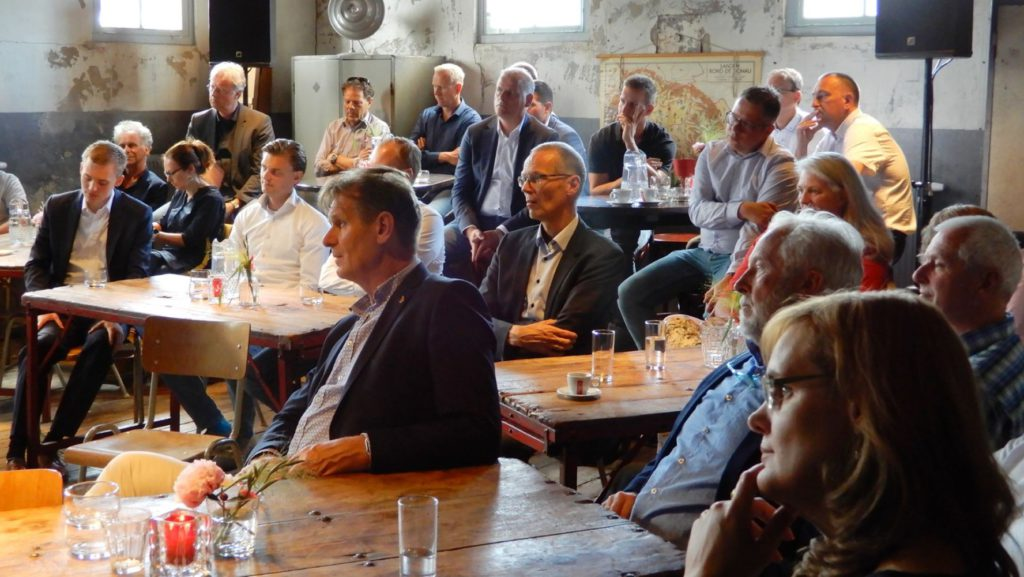 Publiek in Smartcafé over mesngerichte technologie in Nunspeet